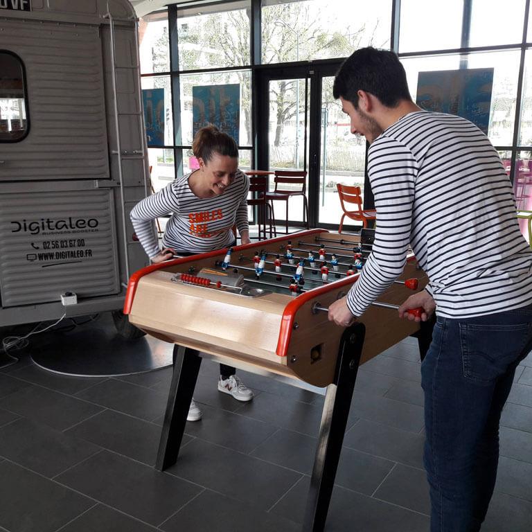 Manue et Martin jouent au babyfoot